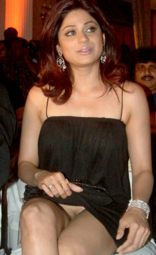 Shamita_Shetty_Upskirt_no_panties_1